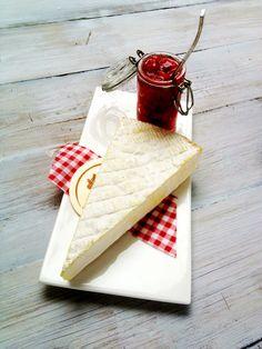 Raparperi-earl grey -hilloa brie-juuston kera! Ihanan hillon resepti löytyy Purkissa! -kirjasta.