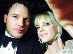 Anna Faris & Chris Pratt in a car dressed for awards season