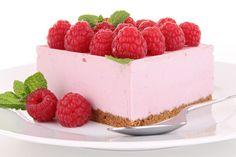 La cheesecake fragole e lamponi è un dolce dal sapore fresco e delicato, ideale per l'estate. Ecco la ricetta