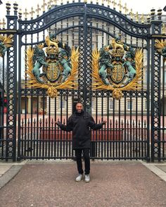 Hey Queen Lizzy  open the palace gates your prince is here! #PrinceCharming #BuckinghamPalace #thedandylifeslb #LondonBloke #AmericanBoy @travelnoire by sureme