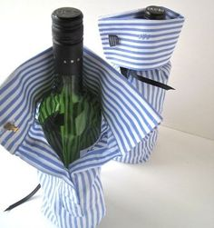 Brilliant upcycle of old business shirt to a Business gift bottle bag! Great groomsmen gift with a bottle of wine/alcohol and a pair of cuff links. Homemade Gifts, Diy Gifts, Wrap Gifts, Homemade Wine, Bottle Bag, Diy Bottle, Bottle Crafts, Housewarming Party, Business Gifts