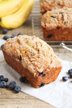 banana bread Blueberry banana bread - this is the best banana bread in the world! Loaded with juicy blueberries and topped with a buttery cinnamon streusel. Blueberry Banana Bread, Best Banana Bread, Blueberry Recipes, Banana Bread Recipes, Banana Bread With Blueberries, Bananas, Blueberry Bread Recipe, Banana Pudding, Köstliche Desserts