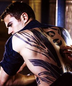 Divergent memes, funny pictures, photos of the cast, including Shailene Woodley and Theo James. Divergent Theo James, Divergent Four, Divergent Fandom, Divergent Trilogy, Divergent Insurgent Allegiant, Tobias, Divergent Tattoo, Divergent Funny, Divergent Quotes