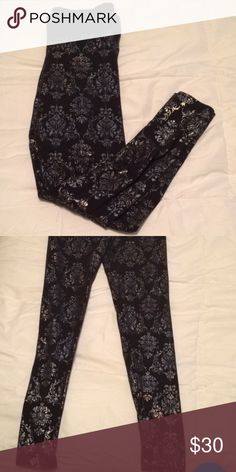 PINK leggings size x-small Cute yoga leggings. Size extra small! Great condition! PINK Victoria's Secret Pants Leggings