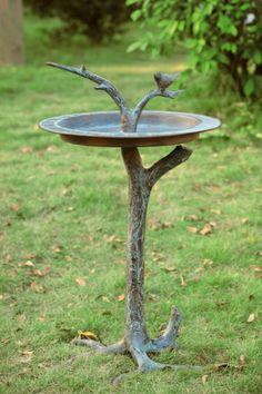 Originální kousek - koupátko i s větví na odpočinek a osušení peří. Jen na větrných zahradách by taková konstrukce byla hned převrácená.