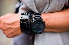 Combo black: pulseiras e relógio.