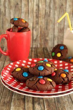 Μαλακά μπισκότα με κακάο και m&m's. Συνταγή: Ερμιόνη Τυλιπάκη (food blogger) Cocoa, Cookies, Desserts, Crack Crackers, Tailgate Desserts, Deserts, Biscuits, Postres, Theobroma Cacao