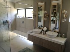 Beautiful bathroom vanity unit with solid surface top that flows into a integrated shower bench. Bathroom Mirror Design, Bathroom Design Layout, Bathroom Colors, Modern Bathroom, White Bathroom Cabinets, Bathroom Vanity Units, Bathroom Storage Boxes, Shower Makeover, Diy Flooring