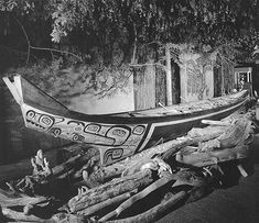 Haida war canoe, 17 m (56 feet) in length with a beam of nearly 2 m (6 feet). commissioned for the 1904 Seattle world's fair, Alfred Davidson and other Masset carvers, including Robert Davidson Sr.