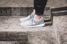 Für den Roshe One ließen sich die Nike-Designer vom Konzept des buddhistischen Zen inspirieren. Die Silhouette greift die Praxis der Meditation auf und soll Schlichtheit verkörpern. So kommt der Roshe One ganz ohne unnötigen Schnickschnack aus und konzentriert sich auf die grundlegenden Elemente eines Schuhs. Und dieses Konzept hätten die Herren von Nike einfach nicht besser umsetzen können! Der Roshe One überzeugt durch Einfachheit, seinen cleanen Shape und angenehmen Tragekomfort…