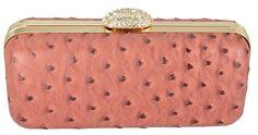 Bolsa Clutch Rosa confeccionada em material sintético com textura rosada, inspirado no couro de avestruz e detalhes marrom.