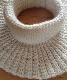 Hækleopskrift til Halsedisse med rullekrave a la Marys og Isabella Poncho i 100% uld. Halsedissen kan hækles i 6 forskellige størrelser og 2...