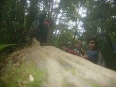 Beristirahat sejenak sebelum melanjutkan pendakian