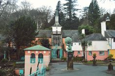 Review of charming Italiante Portmeirion villaege, nestled on the coast of Snowdonia in Wales. Via The Girl Outdoors http://thegirloutdoors.co.uk/2016/02/04/places-stay-portmeirion-village-snowdonia/