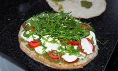 Vandaag een recept die je zeker eens moet proberen. De-lish! Al zeg ik het zelf. Een gevuld Turks brood Turks brood zul je misschien niet zo 1,2,3 kopen of eten maar het is echt super lekker. Een aant