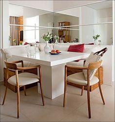 Ao usar dois espelhos perpendiculares, como nesta sala de jantar, a sensação de amplitude é muito maior. Projeto da designer de interiores Andrezza Alencar(Foto: Edu Castello/Casa e Jardim) #saladejantar #espelhos #decoração #décor