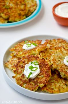 Whip up this quick and easy recipe for healthy cauliflower fritters made with just six ingredients and topped with yogurt or sour cream. (substitute for whipping cream low carb) Healthy Cooking, Healthy Snacks, Healthy Eating, Cooking Recipes, Cooking Tips, Veggie Snacks, Cooking Steak, Cooking Bacon, Cooking Games