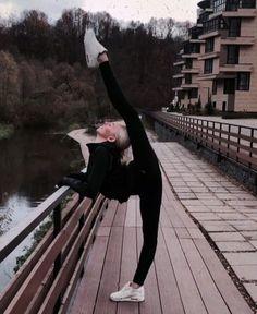 Yoga Retreat - Upper Himalayan Treks and Adventure yoga culture has . - Yoga Retreat – Upper Himalayan Treks and Adventure yoga culture has become more impre - Poses Gimnásticas, Dance Poses, Yoga Poses, Flexibility Dance, Gymnastics Flexibility, Rhythmic Gymnastics, Gymnastics Funny, Asana Yoga, Sculpter Son Corps