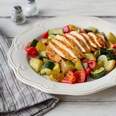 Ein schnelles, aber raffiniertes Abendessen: Die Tomaten-Kräuter-Marinade gibt dem Hähnchen den richtigen Pfiff und passt hervorragend zum bunten Grillgemüse.