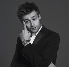 Douglas Booth as Maxon Schreave. Actors Male, Actors & Actresses, Young Actors, Douglas Booth Instagram, British Actors, American Actors, Vanessa Kirby The Crown, Naive, Maxon Schreave