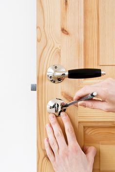 How to fit an old style door handle: http://www.byggfabriken.com/renoveringshjalpen/index.php/montera-dorrhandtag-sa-gor-du/