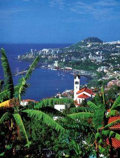 Dit is Madeira .Het is een eilandje in Portugal. Hier is Cristiano Ronaldo opgegroeid.