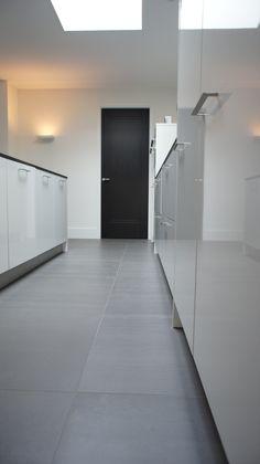 Tegelvloer betonlook antraciet 100 x 100 cm keuken, lichtplan van Poppel Grey Flooring, Kitchen Flooring, Modern Interior, Interior Architecture, Laundry Nook, Bungalow Exterior, Inspiration Wall, Painted Doors, Floor Design