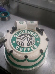 Cake decorated with Starbucks logo. I love Starbucks it would be perfect Starbucks Logo, Starbucks Coffee, Bebidas Do Starbucks, Starbucks Drinks, Starbucks Cakes, I Love Coffee, My Coffee, Coffee Truck, Coffee Menu