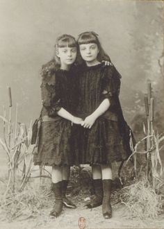 Anna de Noailles et sa soeur Hélène, enlacées, se tenant la main. (à droite, âgée de huit ans) Photographe: Otto (1849-1924) Paris, 1884