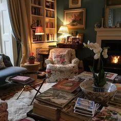 Best Cottage Room Decor & Design For Warm Holiday 32 Cottage Living Rooms, Home Living Room, Living Room Decor, English Living Rooms, Cozy Living, English Decor, English Country Decorating, English Interior, Warm Home Decor