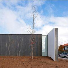 Eduardo Souto de Moura - Espaço Miguel Torga Manel: Stone one side, render the other for external wall?
