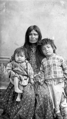Gazie (wife of Chihuahua) and her children - Apache - 1886
