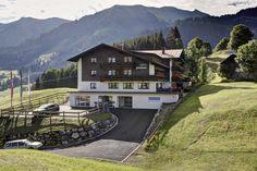 Die neue Hotelzufahrt Modern, Cabin, Mansions, House Styles, Home Decor, Environment, Tips, Natural Garden, Cottage Chic