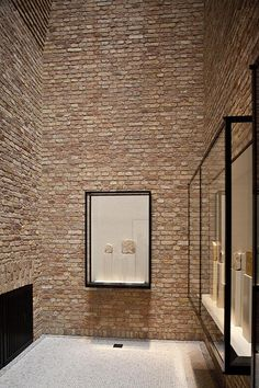 Love the exposed brick / Neues Museum - Berlin Exhibition Display, Exhibition Space, Museum Exhibition, Exhibition Stands, Jüdisches Museum, Berlin Museum, Display Design, Store Design, Booth Design