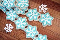 Ravelry: Snowflake Sugar Cookie Scarf pattern by Twinkie Chan Crochet Snowflake Pattern, Crochet Snowflakes, Crochet Motif, Crochet Flowers, Free Crochet, Crochet Patterns, Scarf Patterns, Knitting Patterns, Crochet Crafts