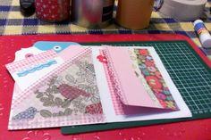interior tarjeta con bolsillos y aplicación servilleta , washitape, y vista porta fotos plegada con recortes papel regalo