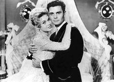 Louis Jourdan et Brigitte Bardot dans « La Mariée est trop belle » (1956).