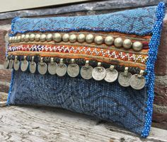 Embrague hecho a mano of KussenvanPaula& Etsy Diy Clutch, Handmade Clutch, Handmade Handbags, Clutch Bag, Hand Embroidery Videos, Embroidery Bags, Sari Azul, Recycler Diy, Diy Bags Patterns