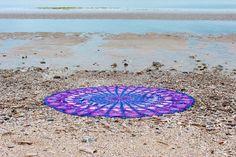 Drap de plage rond inspiré des magnifique mandalas indien.    Parfait en guise de paréo, pour faire du yoga, pour un pique-nique ou même pour décorer votre intérieur posé sur un canapé, sur un lit ou bien accroché à un mur. Ce drap vous accompagnera partout. Parfait, Mandalas, Indian, Wall