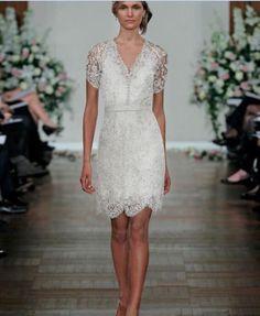 Prachtige korte stijl bruidsjurk gemaakt van fijn kant. De top is mouwloos en heeft een mooie halslijn welke prachtig bewerkt is. De jurk wordt helemaal op de hand en op maat gemaakt.