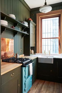 Proves you can have different worktop around the sink without looking stupid. British Standard Kitchen, Plain English Kitchen, English Kitchens, Kitchen New York, Big Kitchen, Kitchen Design, Kitchen Ideas, Latest Kitchen Trends, Kitchen Workshop