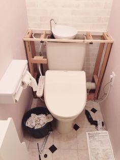 サニタリー改造の流れで、トイレもイメチェンしました! 以前完成していたタンクレス風トイレは、プラスチックダンボール(プラダン)を両面テープで貼りつけたもの。 その上からさらに両面テープで貼りつけていた板壁を外し、新しい壁紙に交換しました。 他にも、ウォシュレットではなかった便座を温水便座に交換したり、床をフロアタイルに交換したりしました。 気軽にイメチェンできることがわかり、今好きな感じに出来て満足です^ ^ Small Toilet Room, Comfort Room, Toilet Sink, Painting Tips, Small Apartments, Home Deco, Diy And Crafts, New Homes, Bathroom