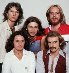 Yes (formación Going for the one, 1977): Chris Squire (superior izqda), Rick Wakeman (superior dcha), Steve Howe (centro), Jon Anderson (inferior izqda), Alan White (inferior dcha)
