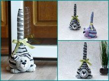 Crochet Patterns Sack With this guide, you can enjoy these practical cat-shaped doorstops. Door Stopper, Cat Supplies, Decorative Bells, Cute Cats, Projects To Try, Crochet Patterns, Shapes, Christmas Ornaments, Sewing