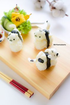 Quail Egg Kitty Sushi - Little Miss Bento I know this is not a sweet. They are just sooooo cute! I also love sushi! Kawaii Bento, Cute Bento, Japanese Food Art, Japanese Sweets, Sushi Cat, Kawaii Dessert, Little Lunch, Bento Recipes, Bento Ideas