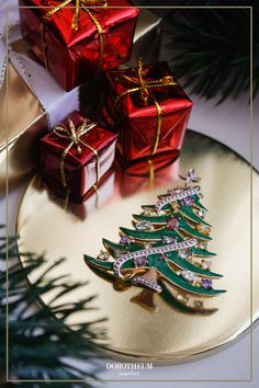 Dieses weihnachtliche Accessoire stimmt uns schon jetzt auf das schönste aller Feste ein! Das Schmuckstück kann sowohl als Anhänger, als auch als Brosche getragen werden und ist mit Topasen besetzt.