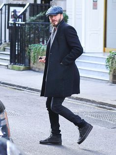 Star Tracks: Wednesday, February 25, 2015 | SHOW OF SUPPORT | David Beckham pounds the pavement in London after a pit stop at his wife's boutique on Tuesday.