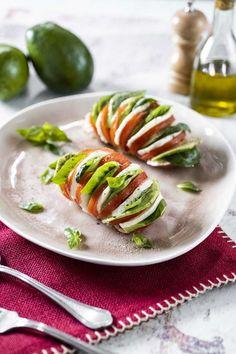 I pomodori hasselback sono un antipasto spettacolare e fresco, senza cottura: mozzarella, avocado e basilico sono i protagonisti!