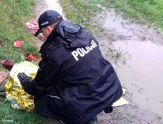 Leżał w kałuży, był pijany i wychłodzony #Oświęcim #ratunek #policja #dzielnicowi #bezdomny #ratunek