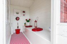 Kesähuvilan pihalla sijaitsee todella suloinen huussi, jossa on punavalkoinen sävymaailma. Garage Guest House, Toilet Design, Tiny Living, A 17, Tiny House, Beach House, Cottage, Interior Design, Architecture